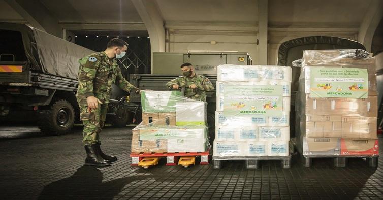 Militares do Regimento de Transmissões do Porto a descarregar a doação da Mercadona (1)